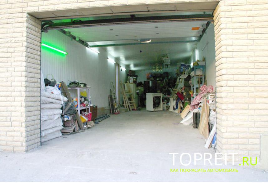 гараж со светом зеленого цвета
